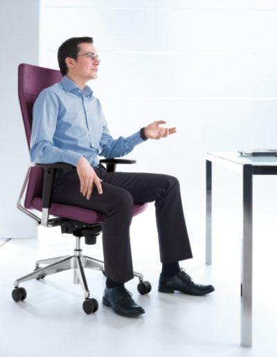 fotel-biurowy-menedzerski-obrotowy-profim-active-uzytkownik-laptop-komputer-biurko