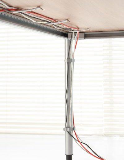 g4-sposob-okablowania-biurka-z-wykorzystaniem-systemow-prowadzenia-kabli