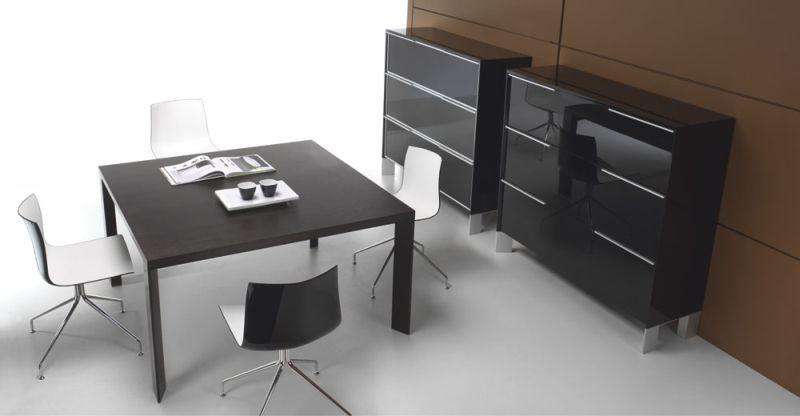 in-stol-konferencyjny-i-11-szafy-z-drzwiami-uchylanymi-i-54-lakierowane-na-wysoki-polysk