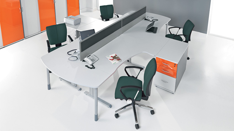HEBE stanowisko 4-ro osobowe, biurka ze ściankami działowymi i kontenerami dostawnymi