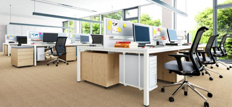 aranżacja biura openspace biurka typu bench wieloosobowe stelaż na konputer i kosz na kable jasne nowoczesna biuro