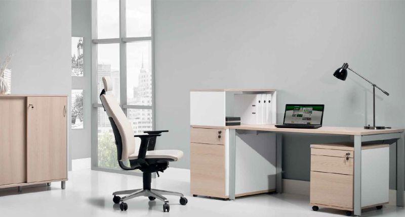 meble pracownicze do biura biurko i kontener jasne na stelażu metalowym niska szafka na akta