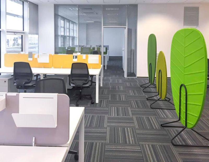 aranżacja biura openspace nowoczesne ekrany wyciszające